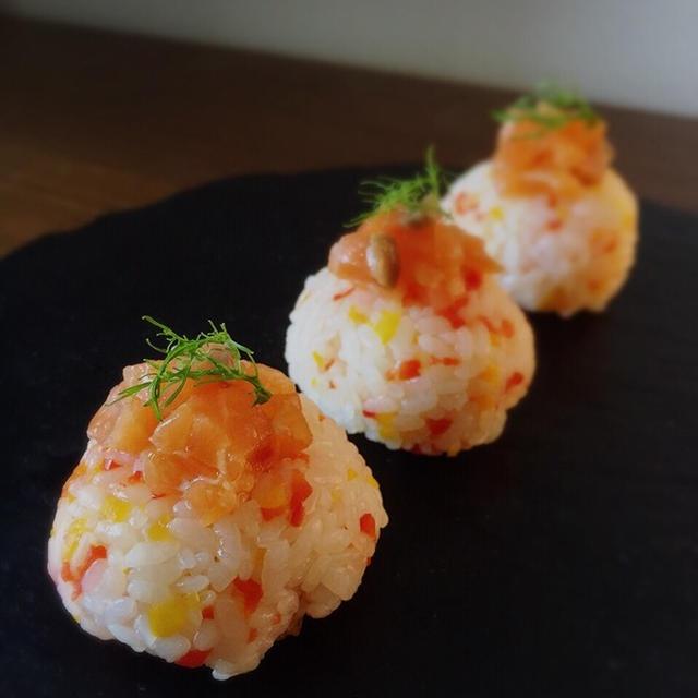 常備菜を使ってサーモンとパプリカのてまり寿司。