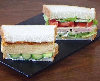 美味しさも\でっか~い! / だし巻き玉子きゅうりとハムトマトサラダのサンドイッチ