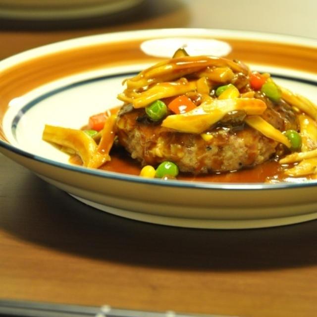 ソースにお野菜たっぷり!ハンバーグ。