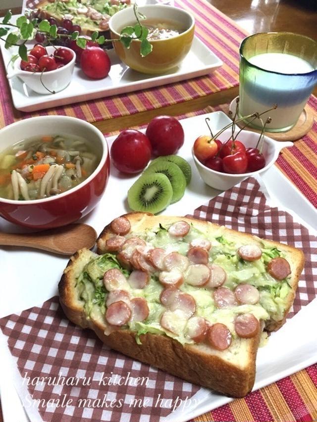 野菜のスープとさくらんぼなどのフルーツが添えられたキャベツとウインナーの和風トースト