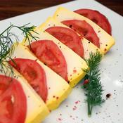 サフラン豆腐とトマトでカプレーゼ風