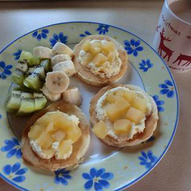 月曜日の朝はパンケーキのフルーツ添えでスタート