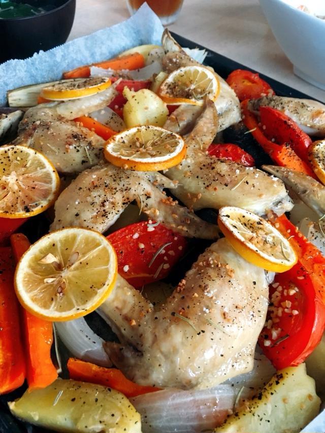 こんがり焼けた手羽先やトマト、じゃがいもなどの野菜たち