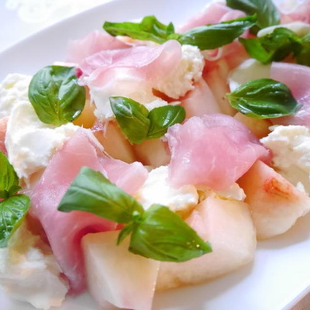 桃とモッツァレラと生ハムのサラダ