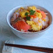 ひな祭りにもおすすめ!塩鮭と炒り卵のカラフル混ぜご飯