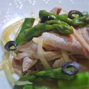 アスパラと玉ねぎとブラックオリーブのトムヤム風サラダ