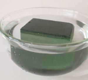1.ブロック状の吸水性スポンジをマグカップの大きさに合わせてカットし(1/4個程度)、ボウルなどに張...