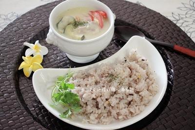 レモンライスとグリーンカレーのお一人様昼食。