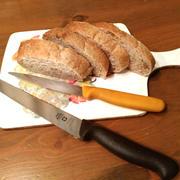 くるみ入りブランパン。愛用のGLOBAL&WENGERの包丁。