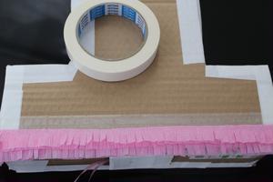 ⑨2色のフリンジを2段ずつ交互に両面テープでピニャータに貼っていきます。<br>