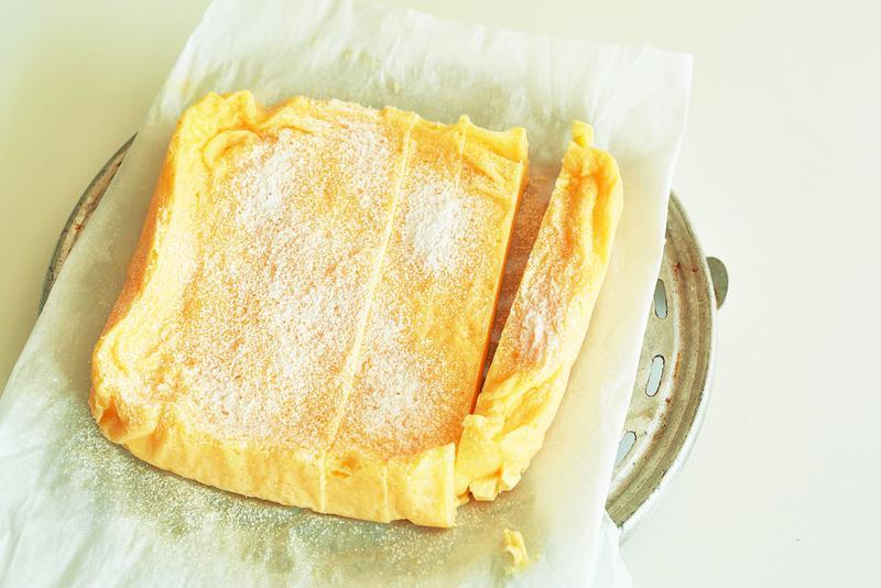 食べるときに、お好みの大きさに切り分けて溶けない粉糖をふる。