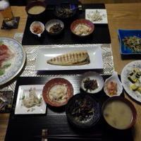 1/16の晩ごはん だんなの焼いた鯖とシーフードサラダと小鉢5品で
