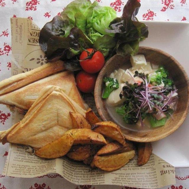 ブランチ♪キノコとホワイトソースのホットサンドと崩し豆腐サラダ