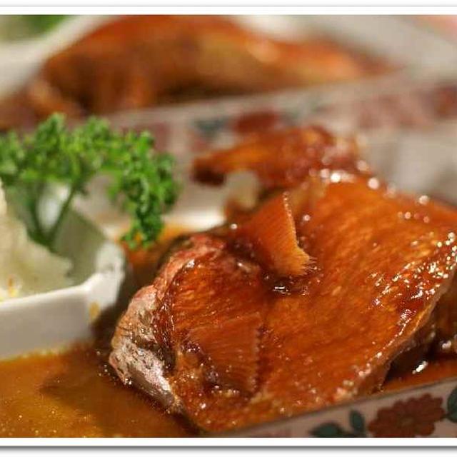 晩ご飯は和食です。金目鯛の煮付け/フキノトウと竹輪の天麩羅/切干煮付けなど。