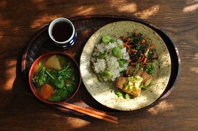 一汁二菜ごはん ◆空豆ごはん、蕪とブロッコリーなどの味噌汁、肉巻き豆腐、人参・人参の葉・クルミのキンピラ
