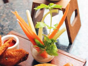 ●「生野菜のブルーチーズディップ」<br><br>バッファローウィングとブルーチーズディップ+セロリ...