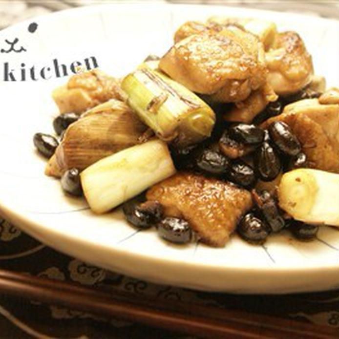 きつね色に焼きあがった鶏肉やねぎ、黒豆の炒め物