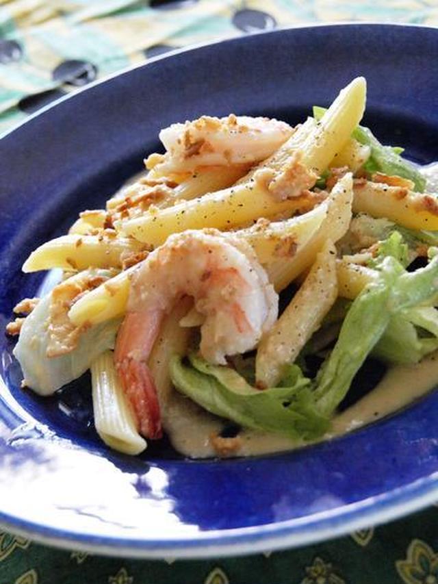 青いお皿に盛り付けたペンネと海老のレタスサラダ