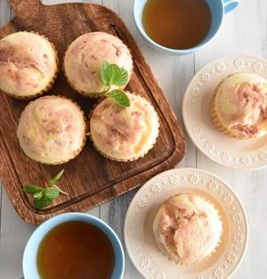 いちごのマーブル練乳蒸しパン