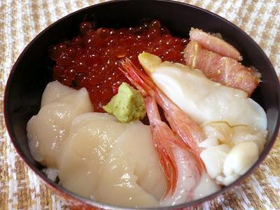 角上の新鮮お刺身で海鮮丼