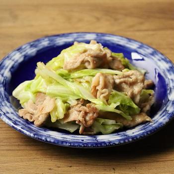 人気のキャベツの作り置きレシピ。豚こまキャベツのガリバタみそ炒め