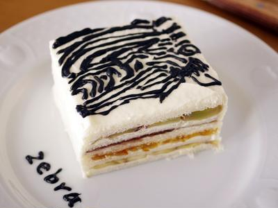 白ケーキみたいなフルーツサンドイッチ(シマウマ絵)