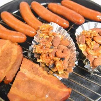 スキレットで熱燻製 ソーセージ・ベーコン・ミックスナッツ