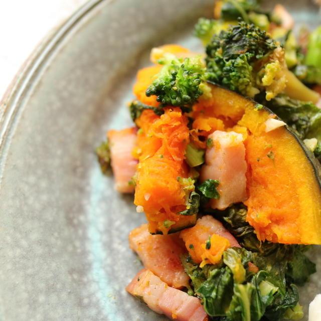 自炊調理のコツは名もなき料理を作ること。ケールとベーコンとブロッコリーと南瓜の炒めものが、うまい。
