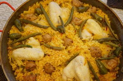 手羽とソーセージのパエリヤ & ヒヨコマメとツナのサラダ 茗荷風味