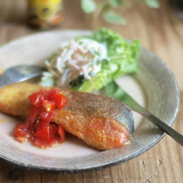 鮭のカレーソテー・フレッシュトマト添え。