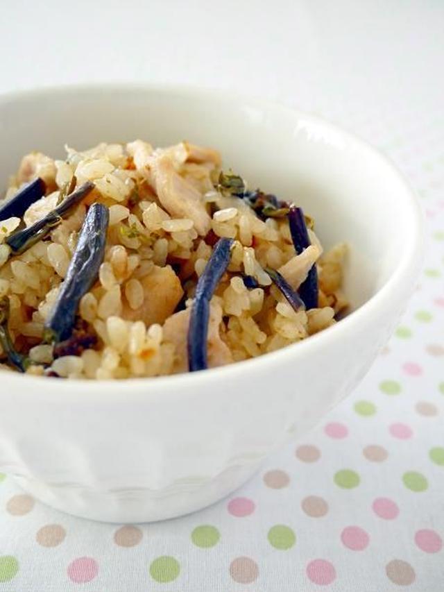白い茶碗に盛り付けたわらびと鶏むね肉の炊き込みご飯