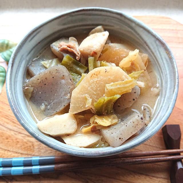 心身ともに温まる、具だくさん豚汁(里芋、キャベツ、舞茸、蒟蒻、大根、豚肉)