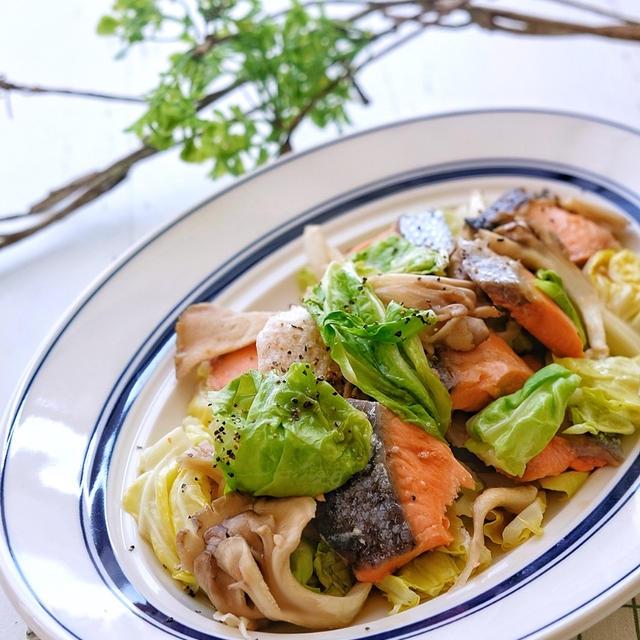 レンジで簡単!塩鮭と舞茸と春キャベツのバター蒸し