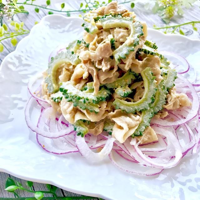 白い角皿にのった豚しゃぶゴーヤサラダ