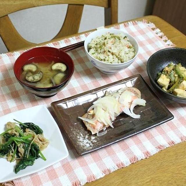 鮭とめかぶの混ぜごはんと銀鮭のオリーブオニオン焼きとゴーヤチャンプルでうちごはん(レシピ付)
