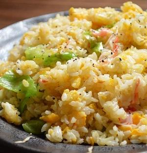 簡単!すぐでき お昼ご飯「カニカマ と レタスの 炒飯」