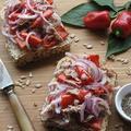 焼きパプリカとツナ、赤玉葱のオープンサンド ポーチドエッグをのせて♪