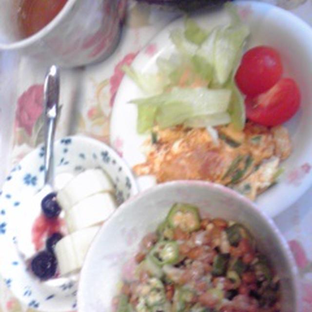 朝ご飯は、オクラ納豆とかベーコンと万能ねぎとチーズ入りオムレツ♪