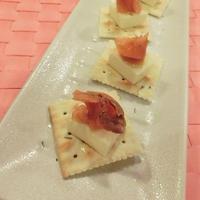簡単♪うちバルレシピ☆タイム香るスモークサーモンとチーズのカナッペ