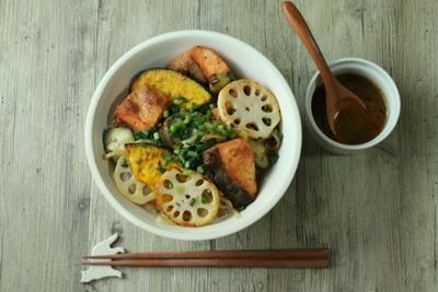 鮭と野菜のステーキ丼【バター醤油ソース】