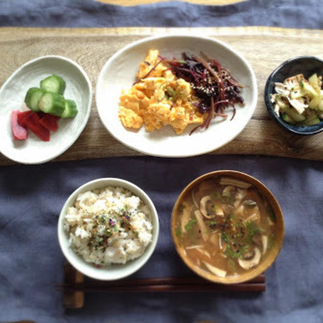 紫ヒユ菜と炒り卵の和ごはん切り干し大根の味噌酸辣湯つき