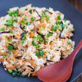 電子レンジと耐熱ボウルで「鮭フレークと塩昆布のチャーハン」のうま味がハンパない!【今週は冷凍ごはん活用術】
