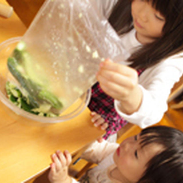 5歳と1歳が作った韓国キュウリの海苔巻き《包丁を使わない料理》