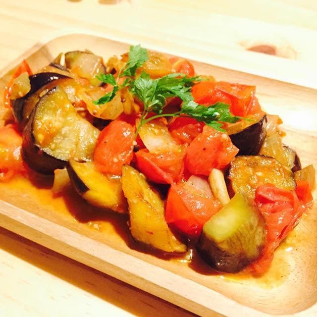 【レシピ】お魚の上に乗せても美味しい!ガーリック香るナスとトマトとオニオン炒め