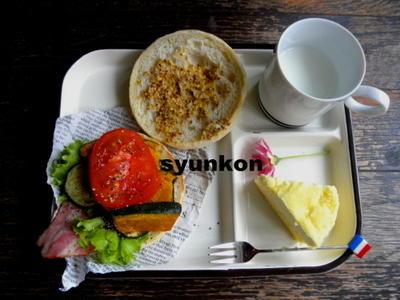 【簡単!!カフェサンド】夏野菜とベーコンのマフィンサンド