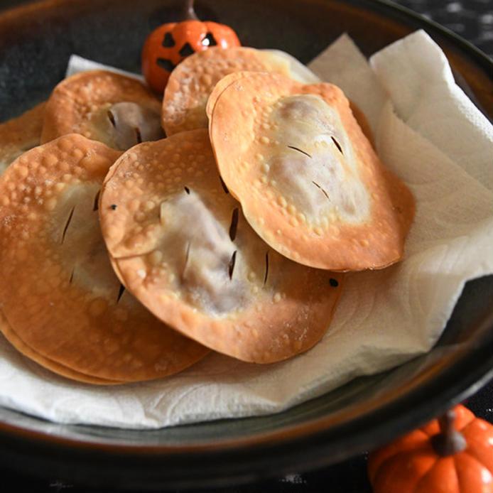 お皿に盛り付けた餃子の皮のサンドアップルパイ