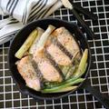 いつもの鮭の塩焼きをバージョンアップ|【鮭のレモンスキレット塩焼き】