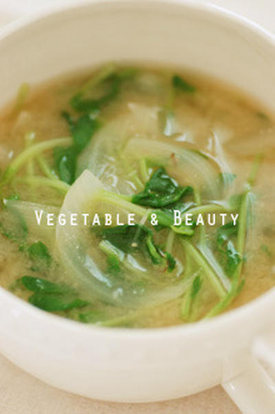 【健】 豆苗と玉ねぎのお味噌汁