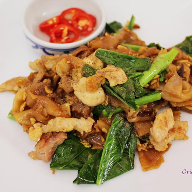 クイッティアオ パッ シーユー(豚肉とケールの米麺炒め)