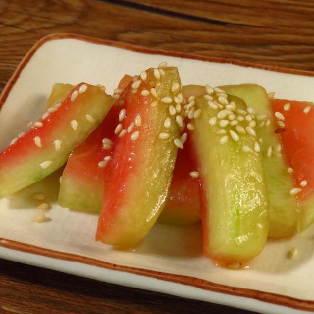 冷やし中華のつゆしょうゆとめんつゆと、すいかの皮の漬物とにんにくの茎の漬物。